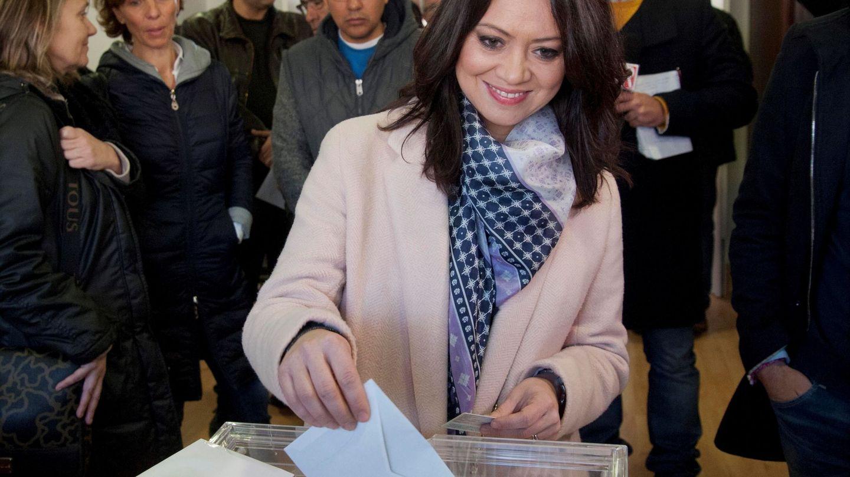 La esposa de Carles Puigdemont, Marcela Topor, vota en Sant Julià de Ramis, Girona. (EFE/Robin Townsend)