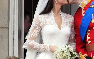 El príncipe Guillermo y Catalina sellan su compromiso con dos besos en el balcón de Buckingham