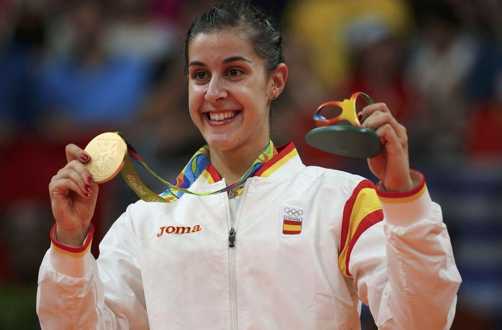 Foto: Carolina Marín posa con la medalla de oro en el podio (Marcelo del Pozo/Reuters)