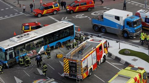 Cinco heridos leves en un aparatoso accidente de un autobús en Madrid