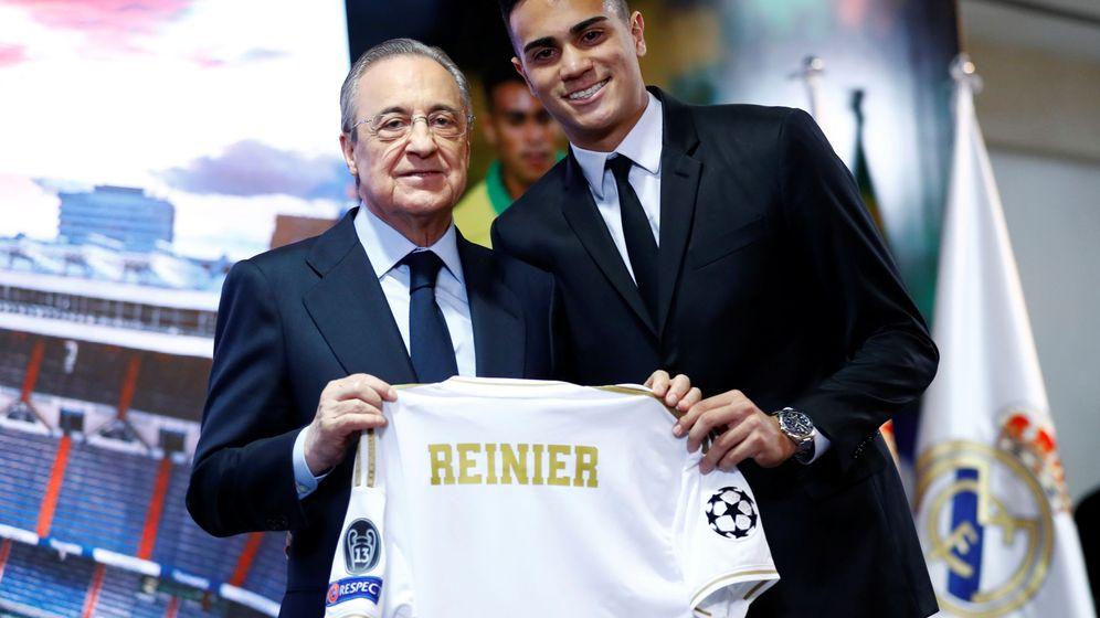 Foto: Florentino Pérez y Reinier Jesús en la presentación del brasileño en el palco del Bernabéu. (Efe)