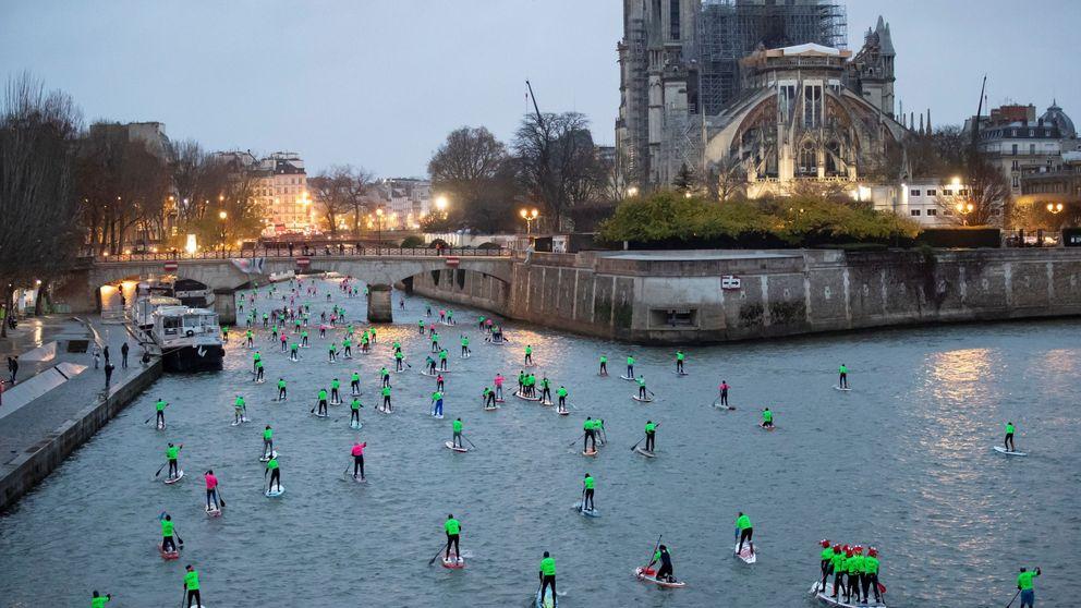 Paddle surf en París y Papá Noel en Madrid: el día en fotos