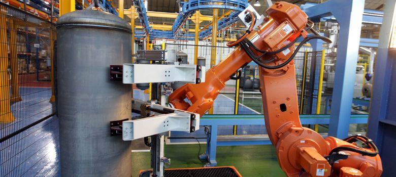 Foto: Un robot trabaja con un interacumulador en la cadena de producción de Fagor Electrodomésticos. (EFE)