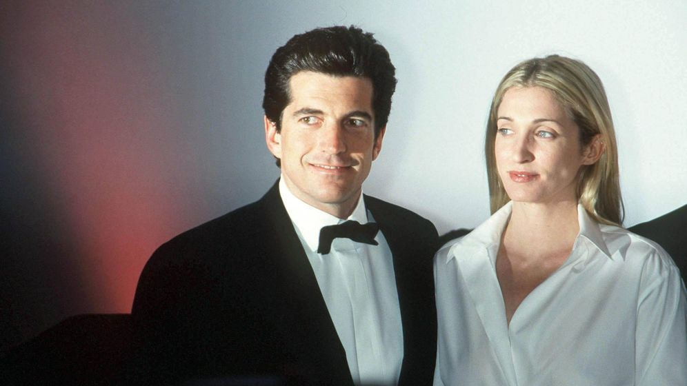 Foto: John John Kennedy y Carolyn Bessette, fotografiados en Nueva York en 1999. (Getty)