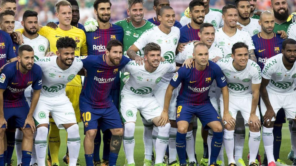 El Barça y el Camp Nou homenajean al Chapecoense en el Gamper