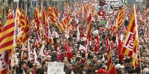 """Foto: CiU usó la manifestación para repartir folletos sobre """"el expolio español"""""""