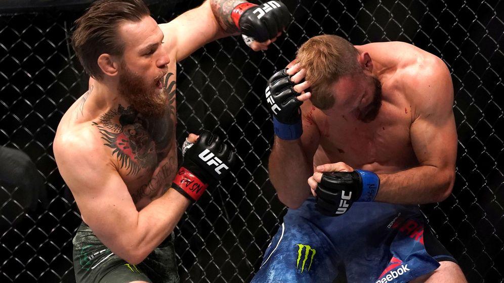 Foto: Conor McGregor arrinconando a Donald Cerrone. (Reuters)