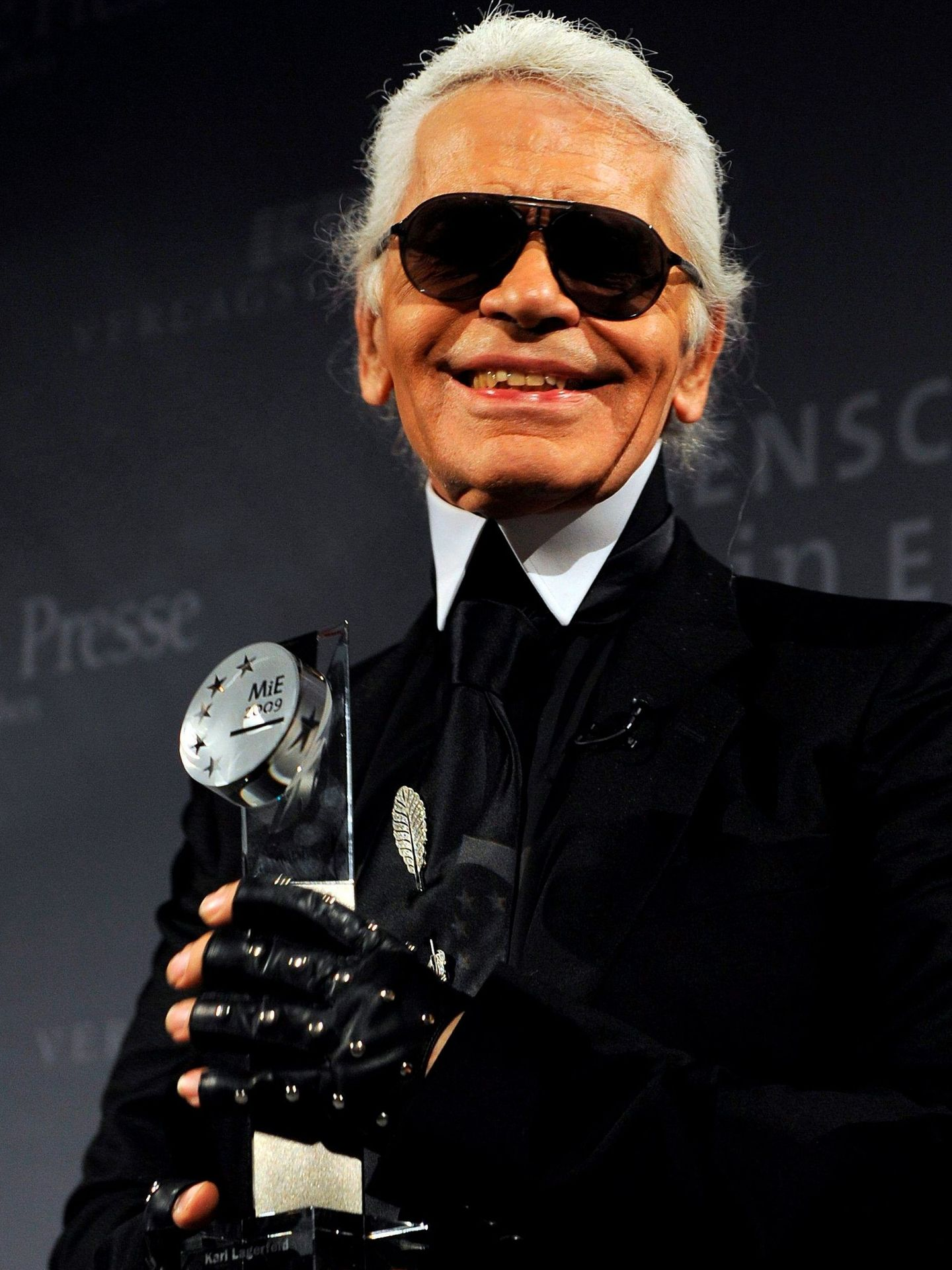Karl Lagerfeld posa con el premio Menschen-in-Europa Award. (EFE)