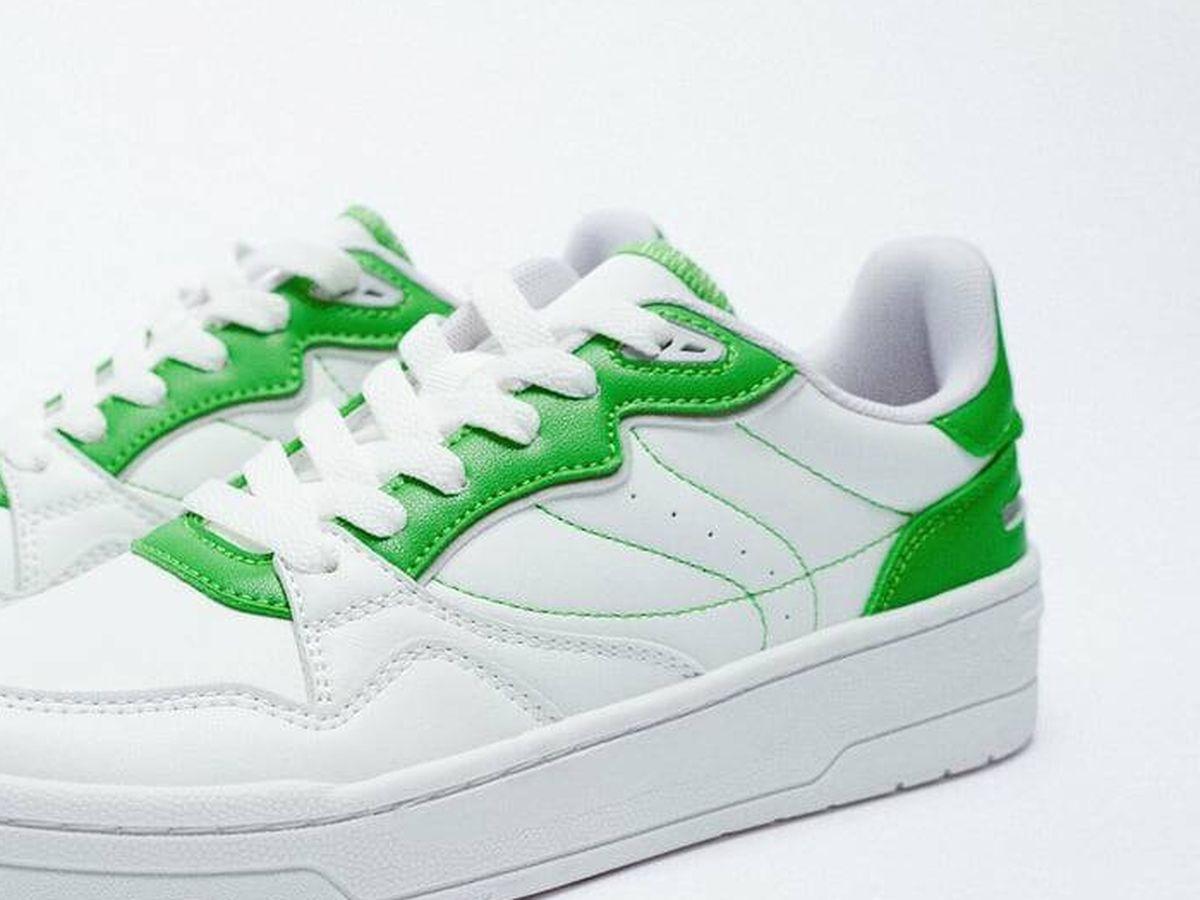 Foto: Zapatillas deportivas blancas de Zara. (Cortesía)