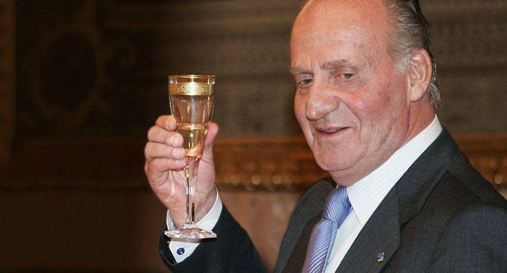 Foto: El rey Juan Carlos brindando en una imagen de archivo. (Gtres)