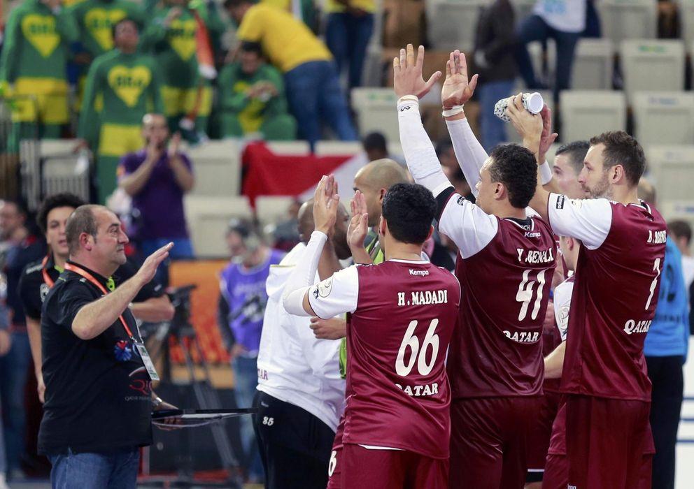 Foto: Los jugadores de Qatar celebran la victoria ante Brasil (Efe).