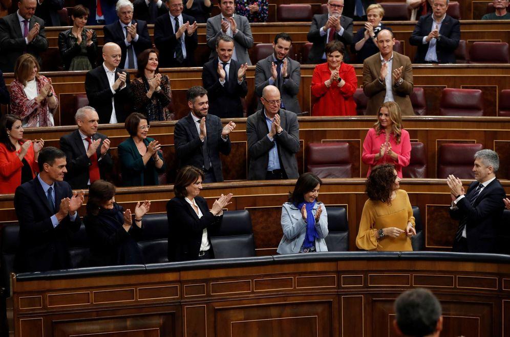 Foto: La ministra de Hacienda, María Jesús Montero, aplaudida por la bancada socialista en esta segunda jornada de debate de los PGE, este 13 de febrero. (EFE)