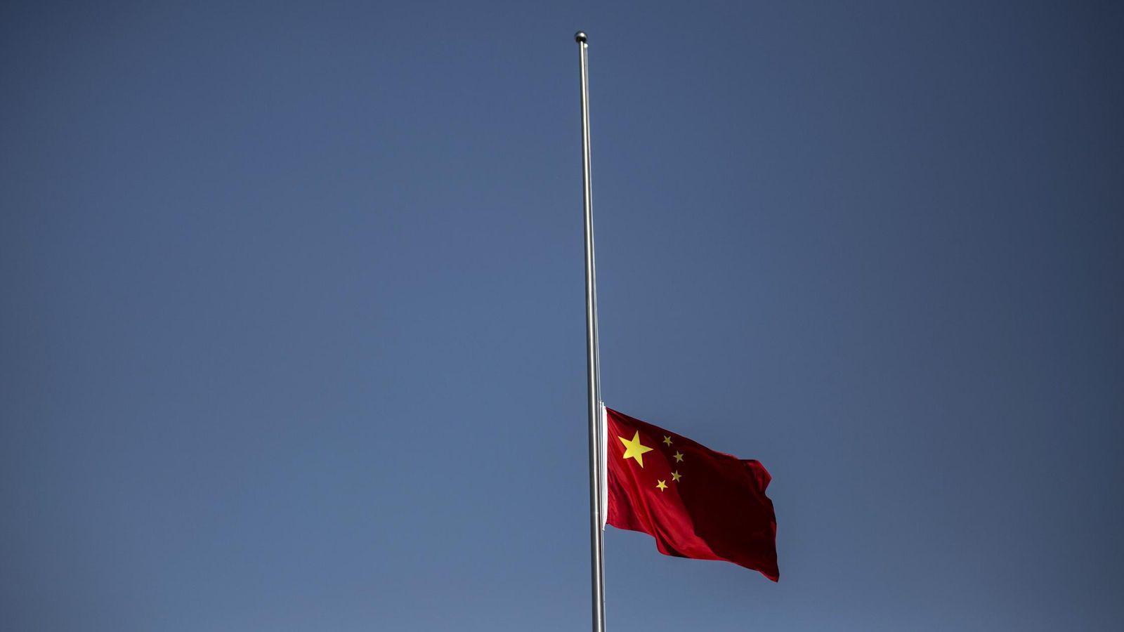 Foto: La bandera nacional de China se iza a media asta durante una ceremonia conmemorativa. REUTERS / Aly Song