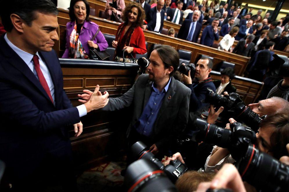 Foto: Pablo Iglesias felicita a Pedro Sánchez tras ser investido presidente del Gobierno, este 7 de enero. (EFE)