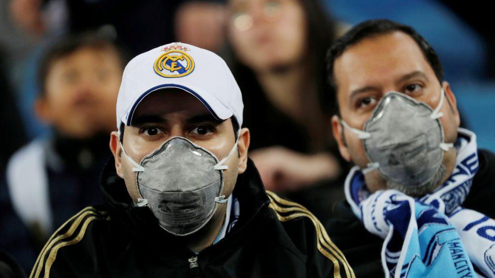 Foto: Dos aficionados del Real Madrid, con mascarillas. (Reuters)