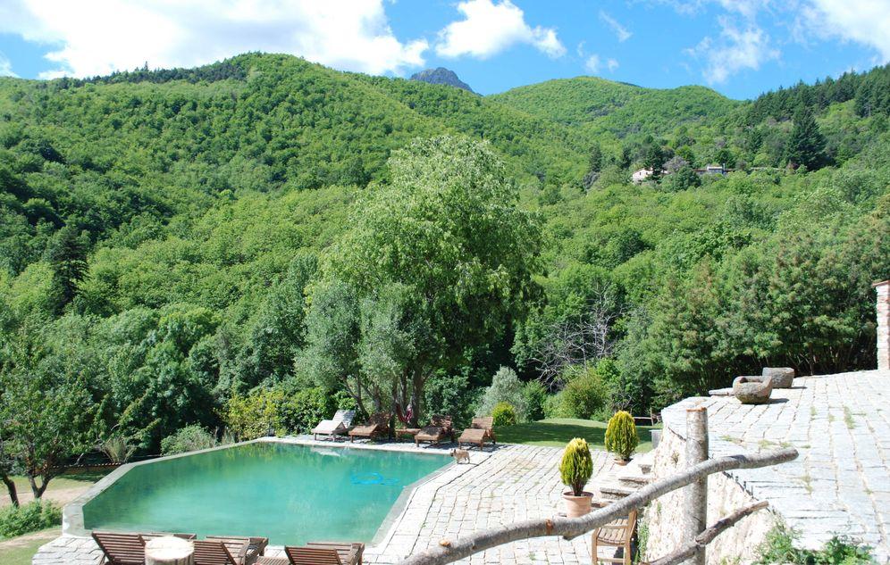 Foto: Así es la piscina que comparten las casas La Solana y La Cort, en Arbucias, a la sombra de Les Agudes.