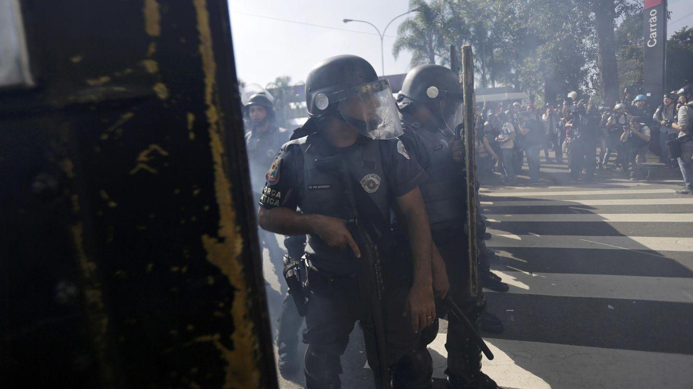 Antidisturbios disparan gases lacrimógenos durante la protesta en Sao Paulo (Reuters).