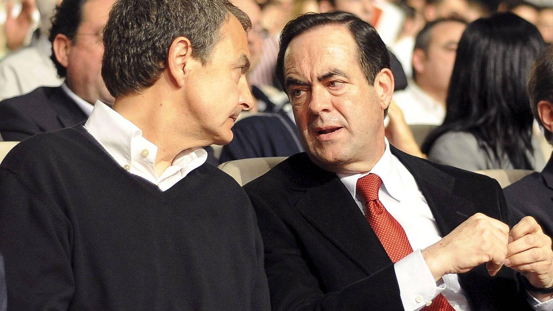Zapatero conversa con José Bono durante un acto. (EFE)