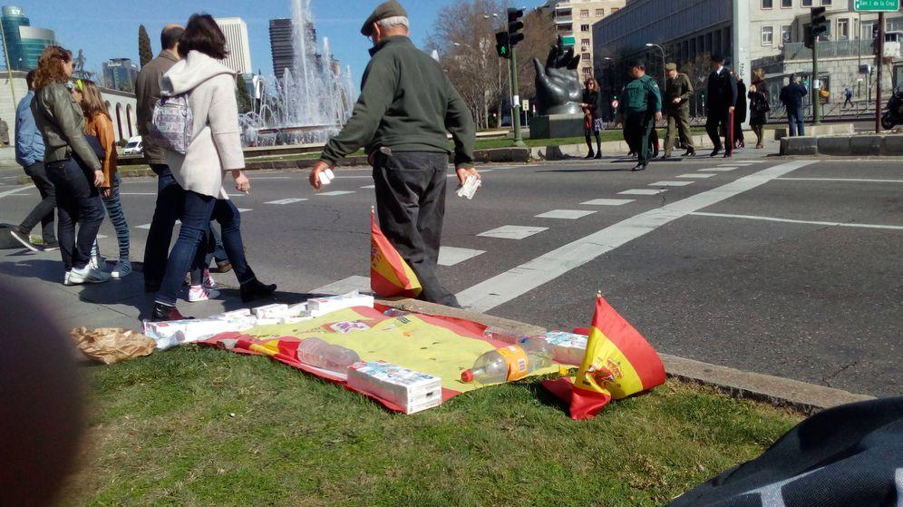 Foto: El pensionista mendigo y patriota. (Daniel Borasteros)