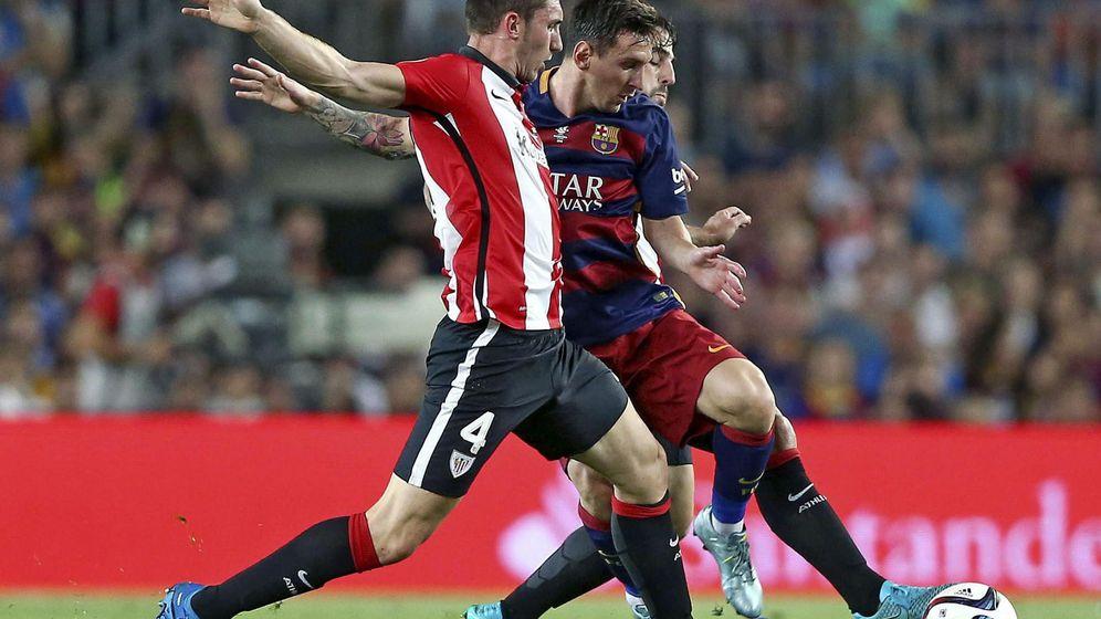 Foto: Laporte, ante Messi, en la vuelta de la Supercopa de España (EFE)