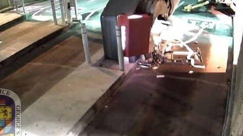 Un hombre utiliza una excavadora robada para abrir un cajero automático
