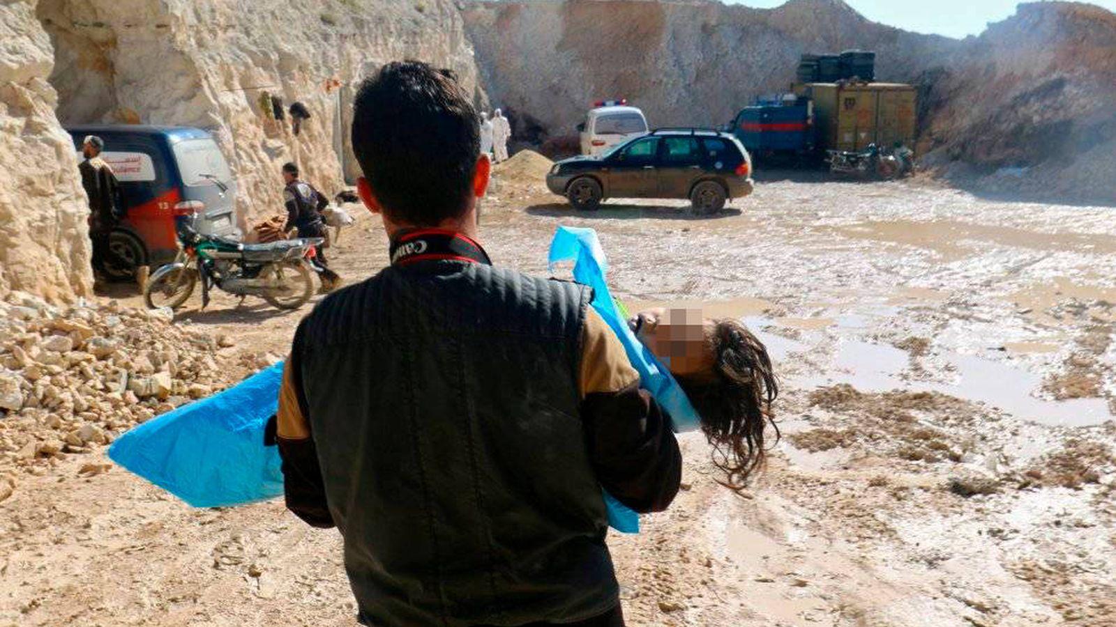 Foto: Un hombre carga con el cuerpo sin vida de un niño tras el ataque químico en Jan Sheijun, en Siria. (Reuters)