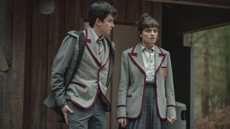 Otis (Asa Butterfield) y Maeve (Emma Mackey) con el nuevo uniforme. (Netflix)