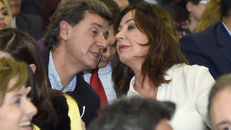 Carmen Martínez-Bordiú compartiendo confidencias con el noble Cayetano Martínez de Irujo. (Gtres)