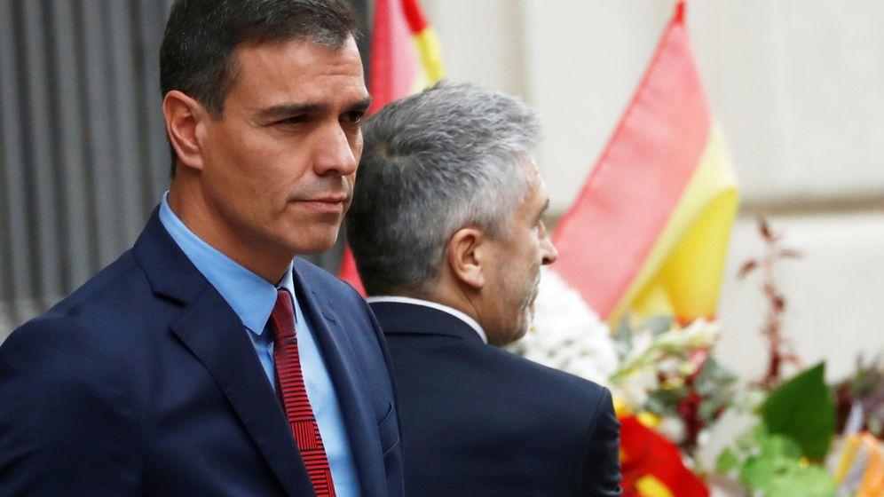 Foto: Pedro Sanchez y Fernando Grande-Marlaska durante su visita a la Jefatura Superior de Policía en Barcelona (Reuters)