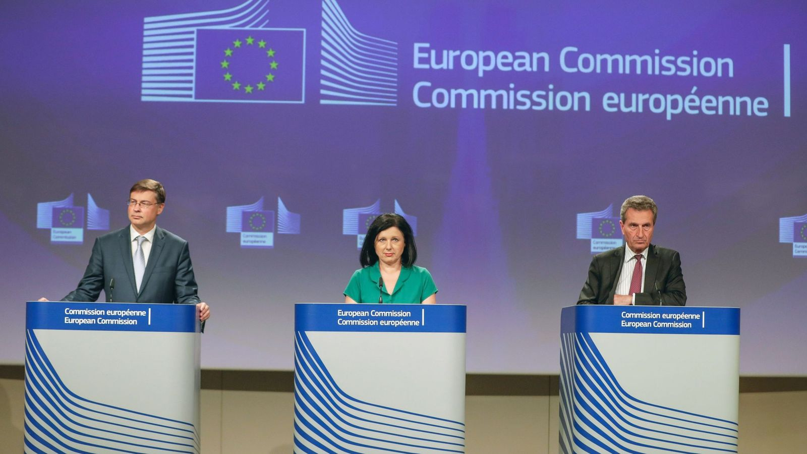 Foto: De izquierda a derecha, Valdis Dombrovskis, Vera Jourova y Günther Oettinger. (Reuters)