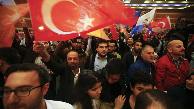 Foto: Simpatizantes del AKP ondean banderas turcas en la sede del partido en Estambul, el 1 de noviembre de 2016 (Reuters).