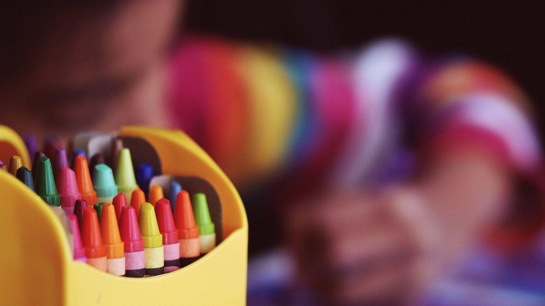 Un menor colorea en una escuela. (Pixabay)