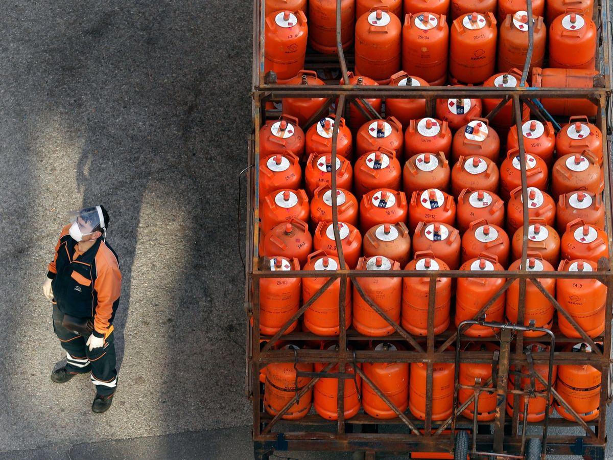 Foto: Foto de archivo de un camión de bombonas de butano. (EFE)
