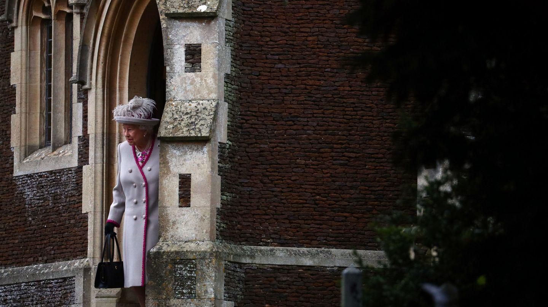 La Reina Isabel II sale de la Iglesia de Santa María Magdalena tras el servicio de Navidad de la Familia Real, el 25 de diciembre de 2018. (Reuters)