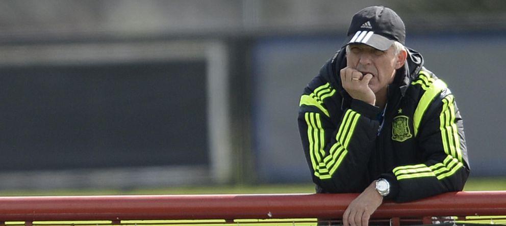 Foto: Villar contempla con gesto de preocupación un entrenamiento de la Selección durante el Mundial.