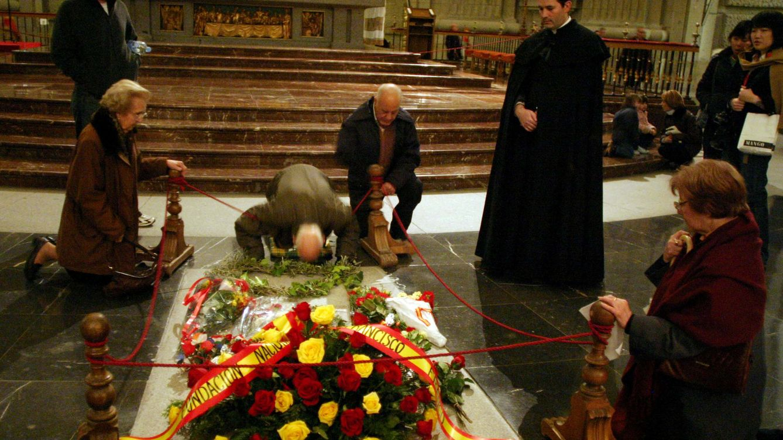 Moncloa se inclina por un decreto ley para exhumar a Franco y evitar el control judicial