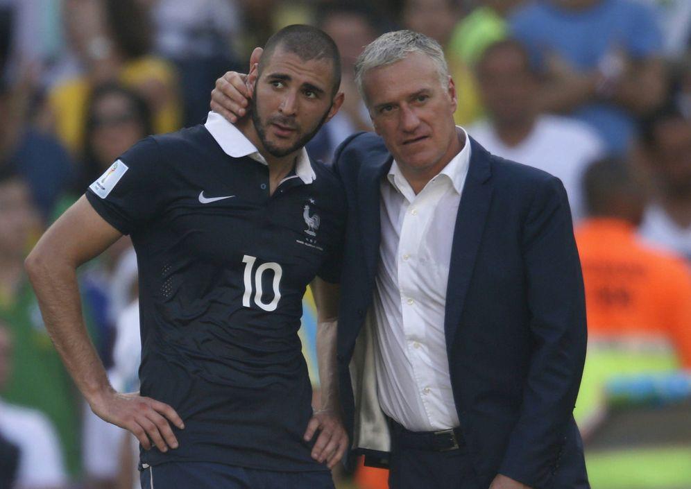 Foto: El seleccionador Deschamps consuela a Benzema tras la derrota ante Alemania en el Mundial de Río, en julio de 2014. (Reuters)