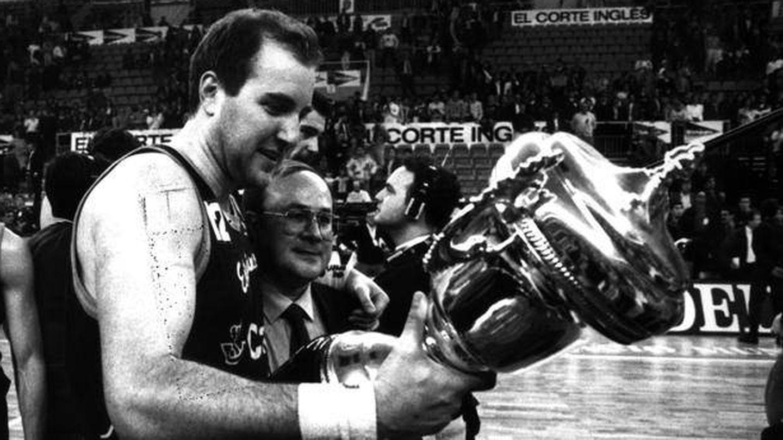 Pinone y Miguel Ángel Martín, con la Copa del Rey de 1992. (Efe)