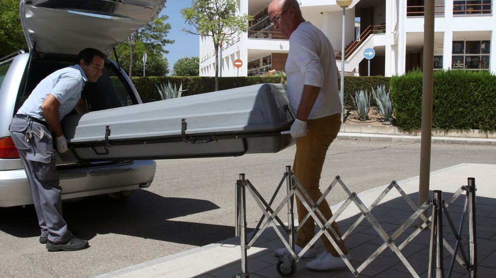 Foto: Unos operarios de la funeraria trasladan el féretro con el cadáver del expresidente de Caja Madrid Miguel Blesa al Instituto Anatómico Forense. (Reuters)