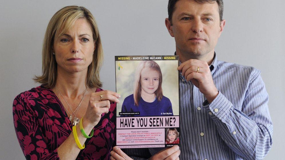 Foto: Los padres de Madeleine McCann sostienen una imagen de su hija como sería ahora. (Efe)