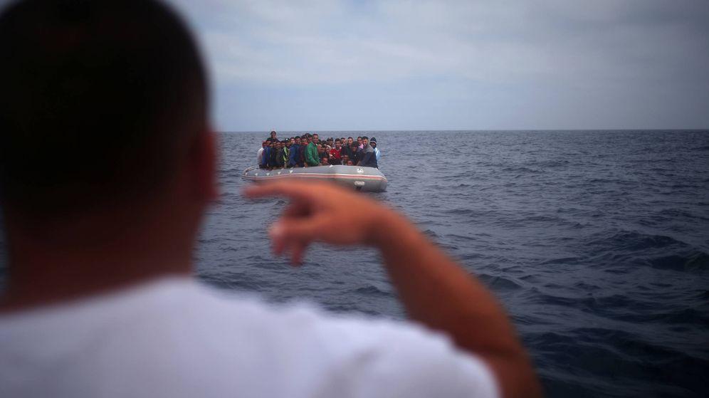Foto: Un pescador habla con migrantes que intentan alcanzar Tarifa en una patera procedente de Marruecos, en una foto tomada en julio de 2018. (Reuters)