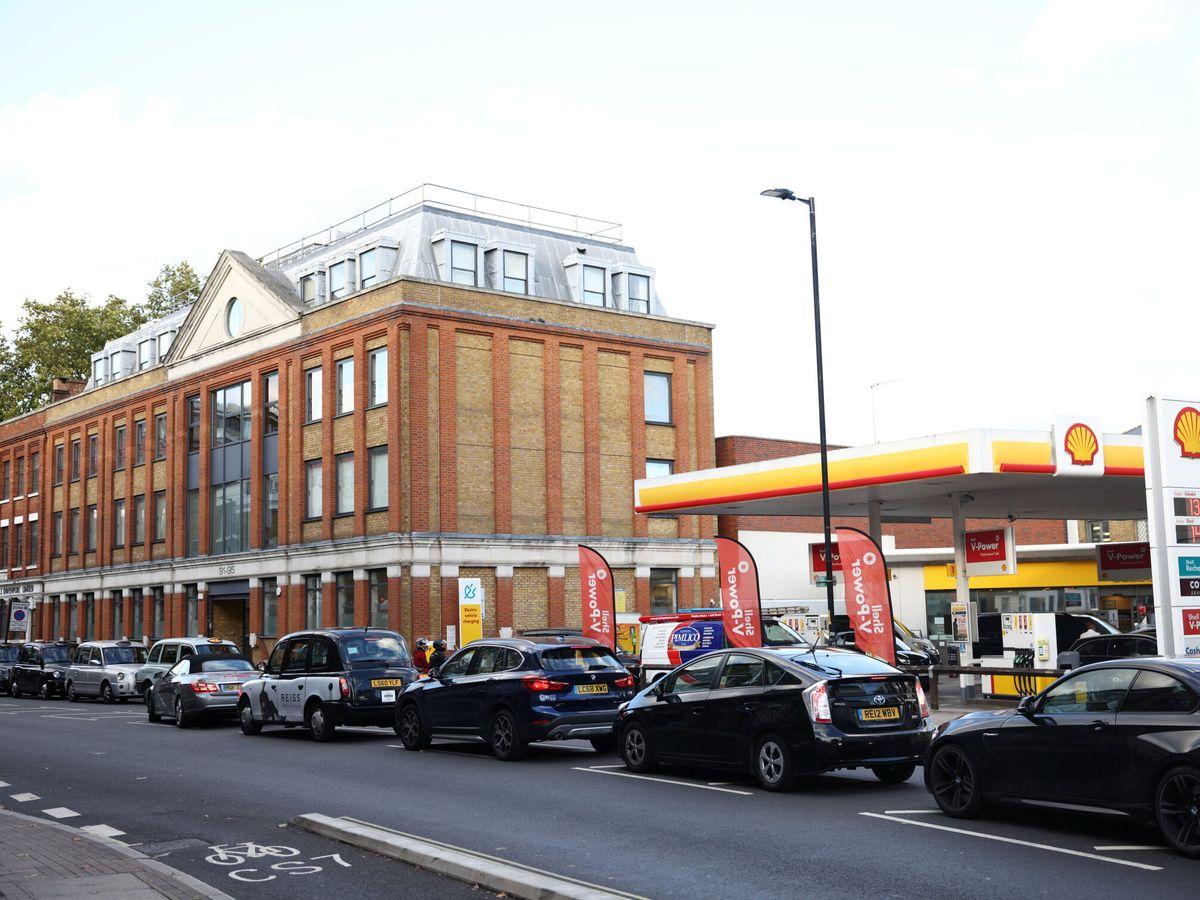 Foto: Largas colas en una gasolinera de Shell en Londres. (Reuters)