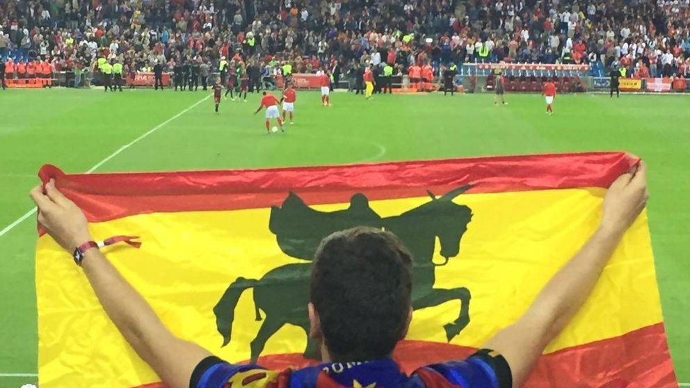 De las esteladas al 'Que viva España ' para terminar entre olés a Iniesta