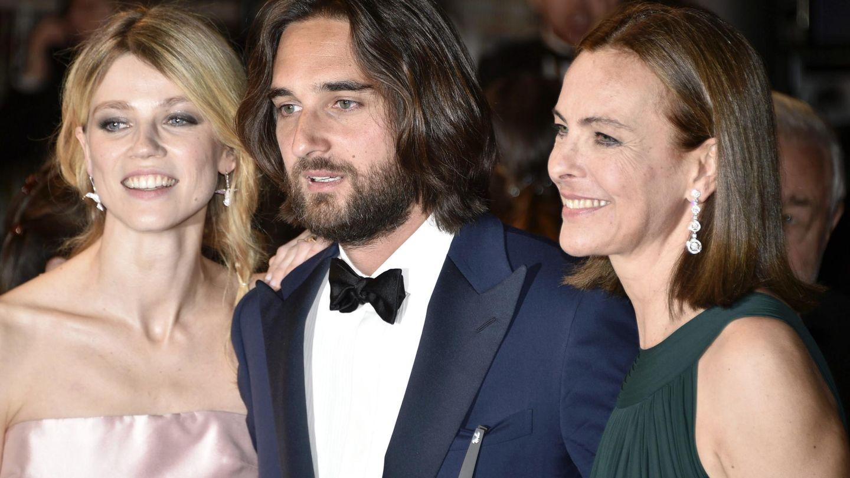 Con su exmujer, Masha Novoselova, y su madre, en el estreno de 'El Principito' (2015), de la que es productor. (EFE)