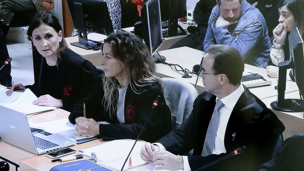 Foto: Imagen de un monitor que muestra a María Fernanda Álvarez (i), abogada de José Enrique Abuín Gey, alias el Chicle. (EFE)