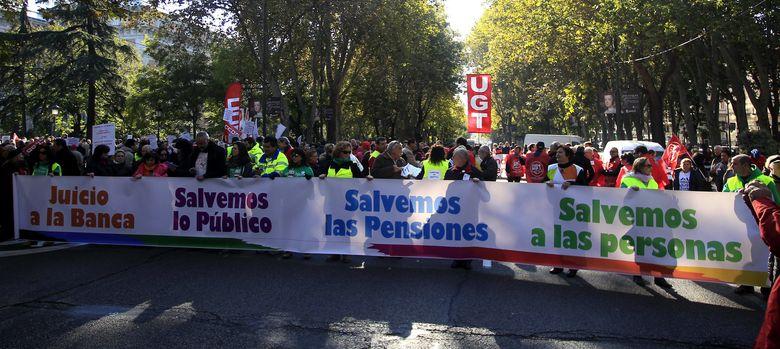 Foto: Cabecera de la manifestación convocada por la Cumbre Social, en defensa de los servicios públicos y las pensiones