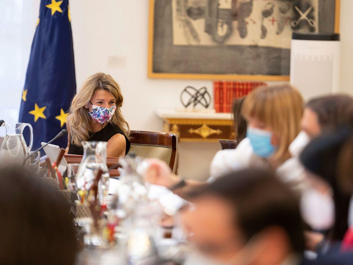 Foto: La vicepresidenta segunda y ministra de Trabajo y Economía Social, Yolanda Díaz (i), durante la reunión del Consejo de Ministros, este martes, en el Palacio de la Moncloa. (EFE/Pool Moncloa Borja Puig de la Bellacasa)