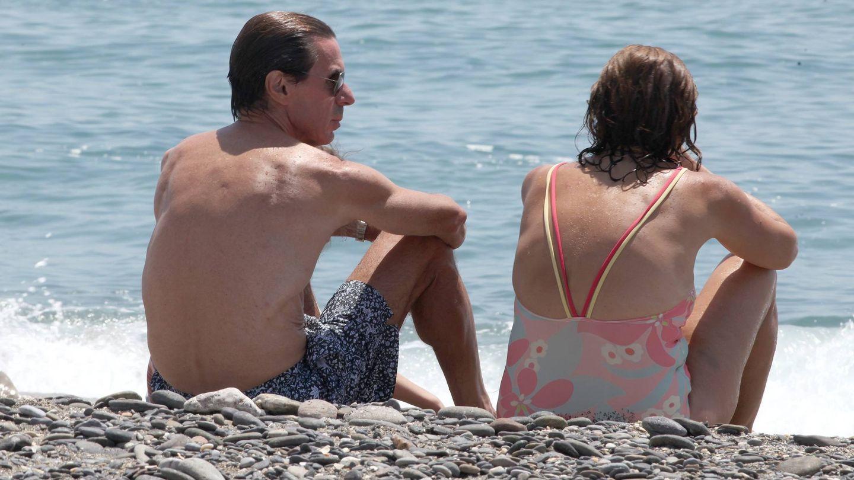 José María Aznar y Ana Botella, en la playa de Marbella. (Cordon Press)