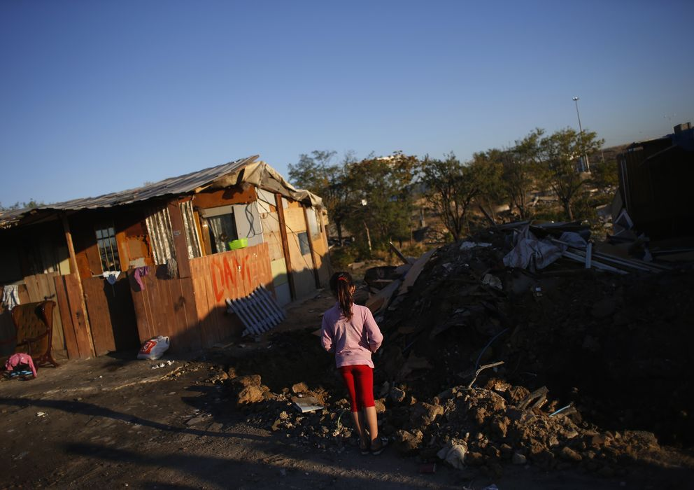 Foto: Una niña en un poblado chabolista de Madrid (Reuters)