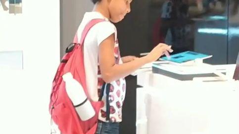 Graban a un niño que va a una tienda para poder hacer sus deberes
